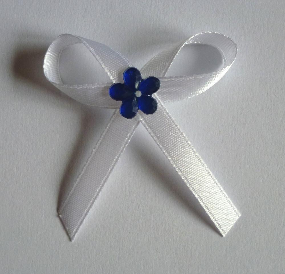 Bílé svatební vývazky s modrou kytkou - Obrázek č. 1
