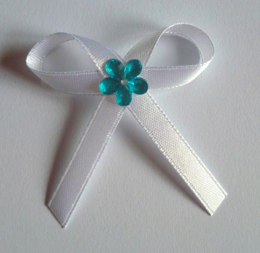 Bílé svatební vývazky s tyrkysovou kytkou - Obrázek č. 1