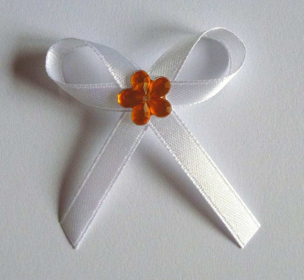 Bílé svatební vývazky s oranžovou kytkou - Obrázek č. 1