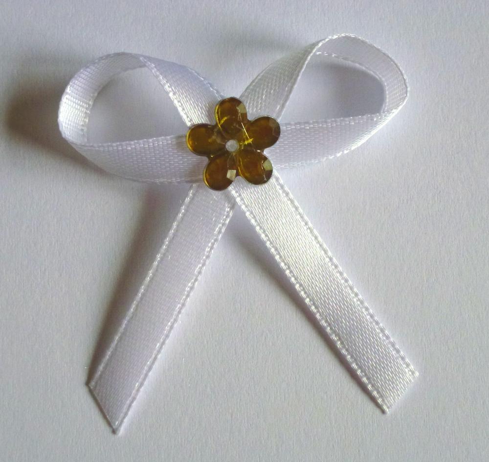 Bílé svatební vývazky s béžovou kytkou - Obrázek č. 1
