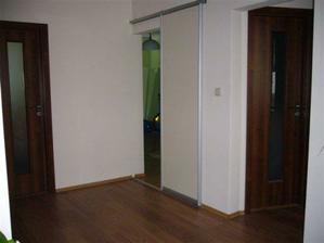 hala a všetky dvere, ktoré v byte máme