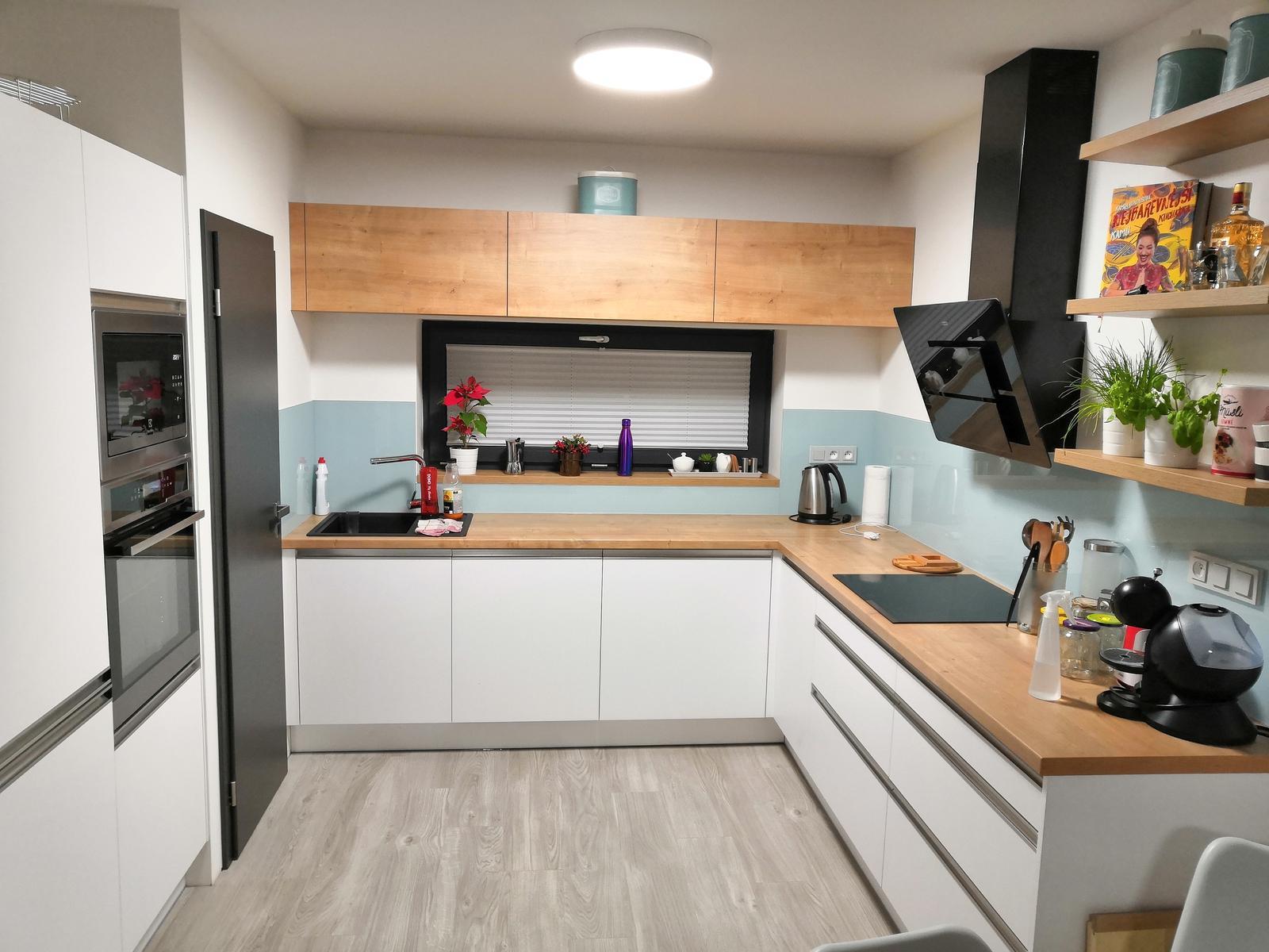 Skoro hotovo - kuchyně i se sklem, dveřmi a bordelem :)
