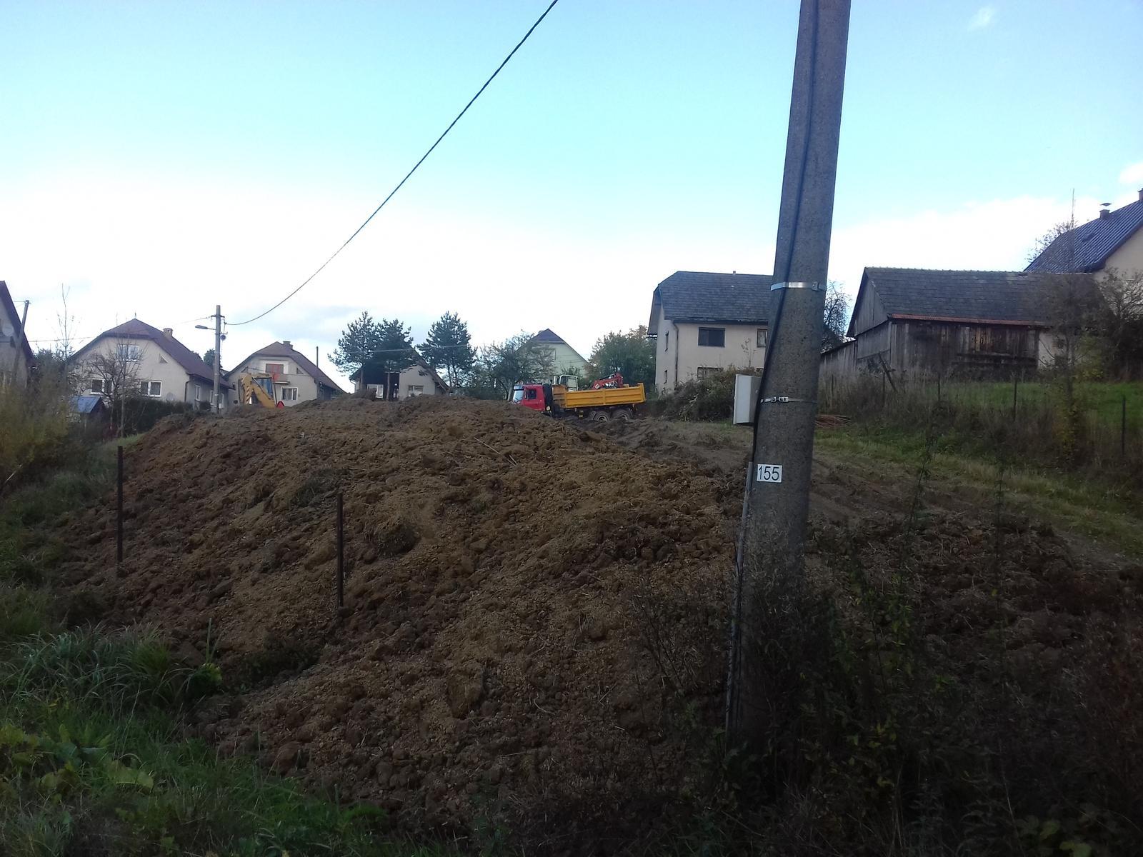 Najprv oporny mur a potom dom... - Mame taketo kopiska zeminy
