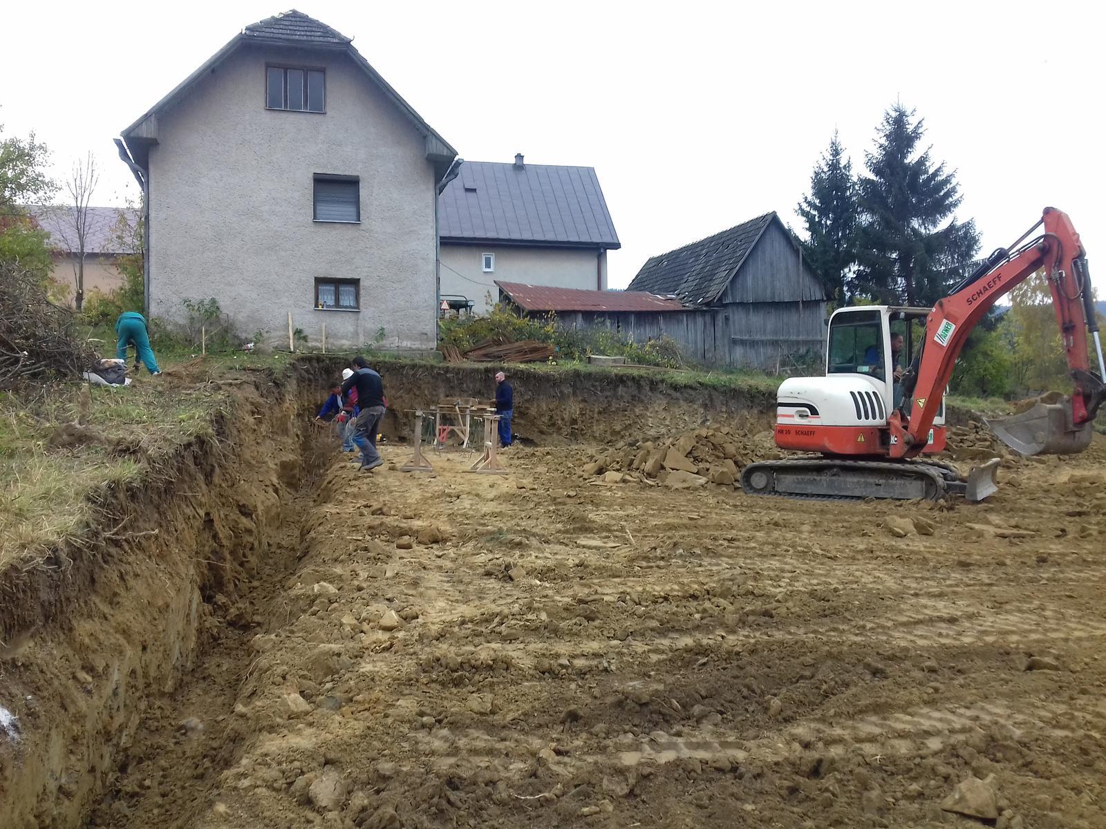 Najprv oporny mur a potom dom... - Zaklady pre oporak vykopane zelezo naviazane uz len zaliat