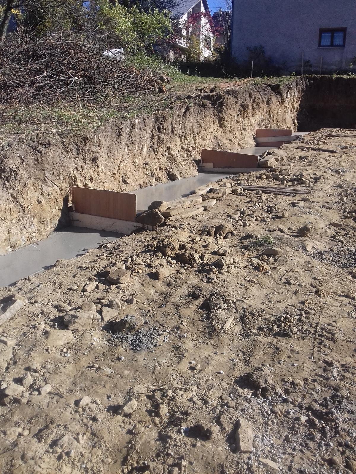 Najprv oporny mur a potom dom... - zaliate zaklady 27 m3 betonu
