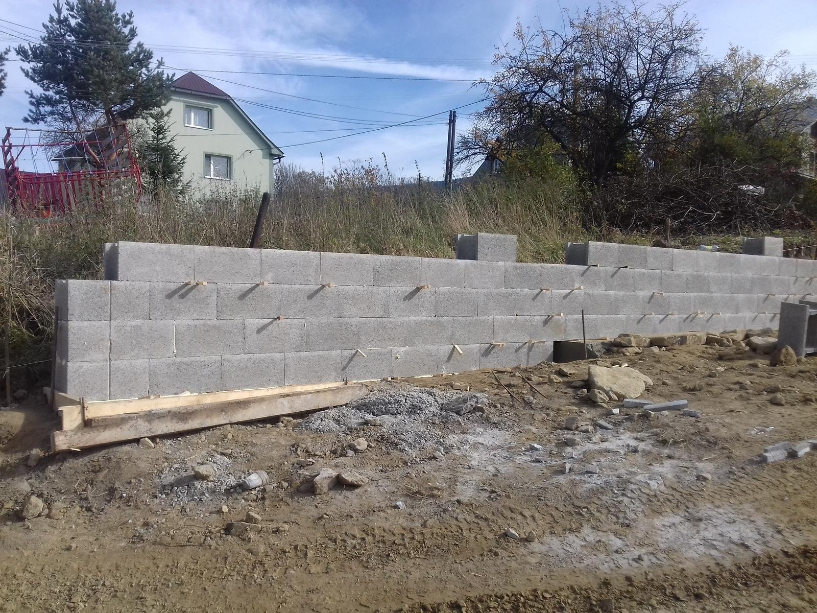 Najprv oporny mur a potom dom... - a tu sa uz rysuje oporak