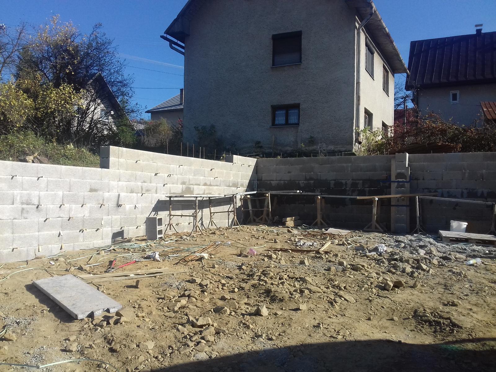 Najprv oporny mur a potom dom... - chyba nam poslednych 20 DT a na sklade uz nemali tak cakame do pondelka