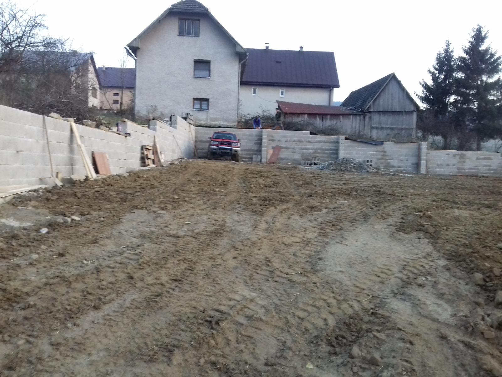 Najprv oporny mur a potom dom... - Dnes ukladáme posledné DT-čka a zajtra príde posledný mix a môžme zazimovať = oporák hotový :-) Na jar začíname stavať náš domček...