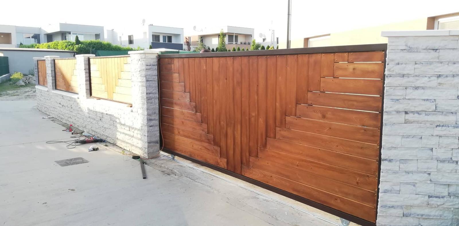 Posuvná brána + plotové výplne. Materiál smrek tzv parketový vzor - Obrázok č. 1