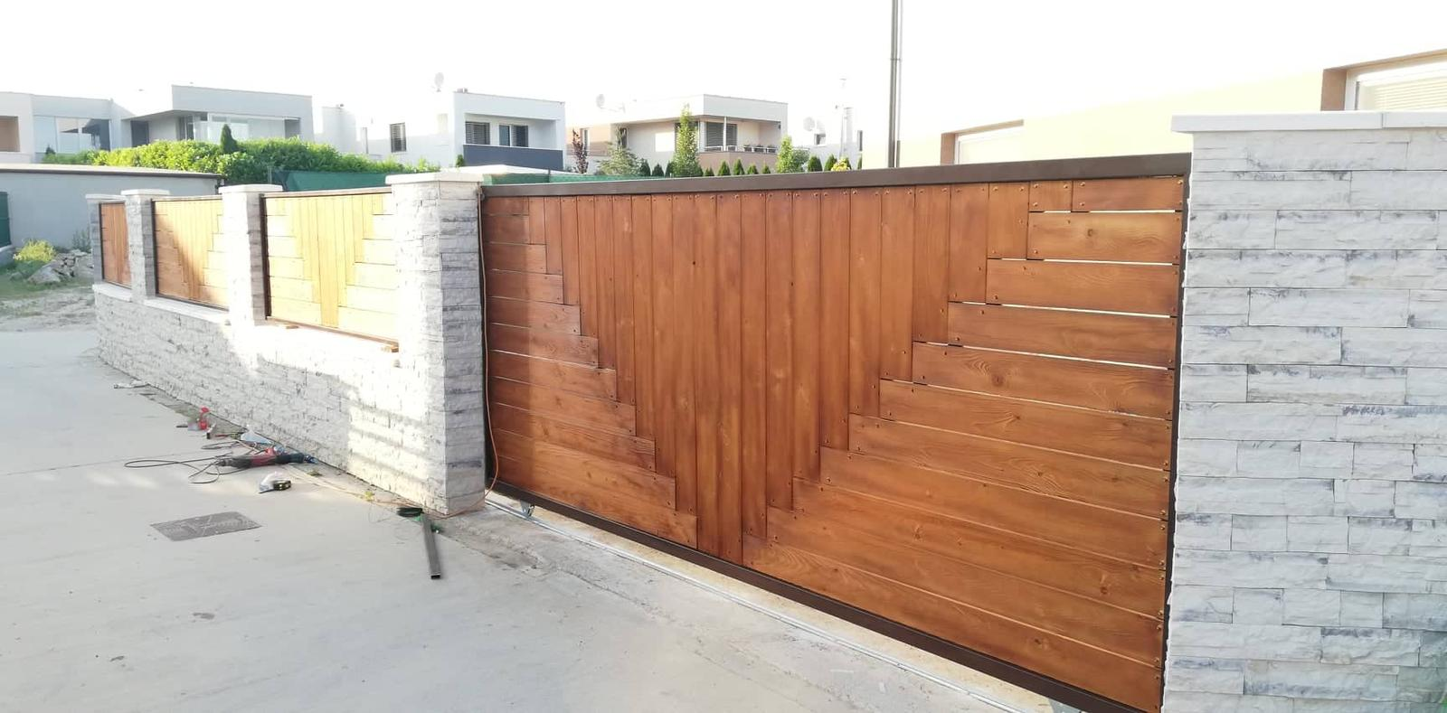 Posuvná brána + plotové výplne. Materiál smrek tzv parketový vzor - Obrázok č. 2