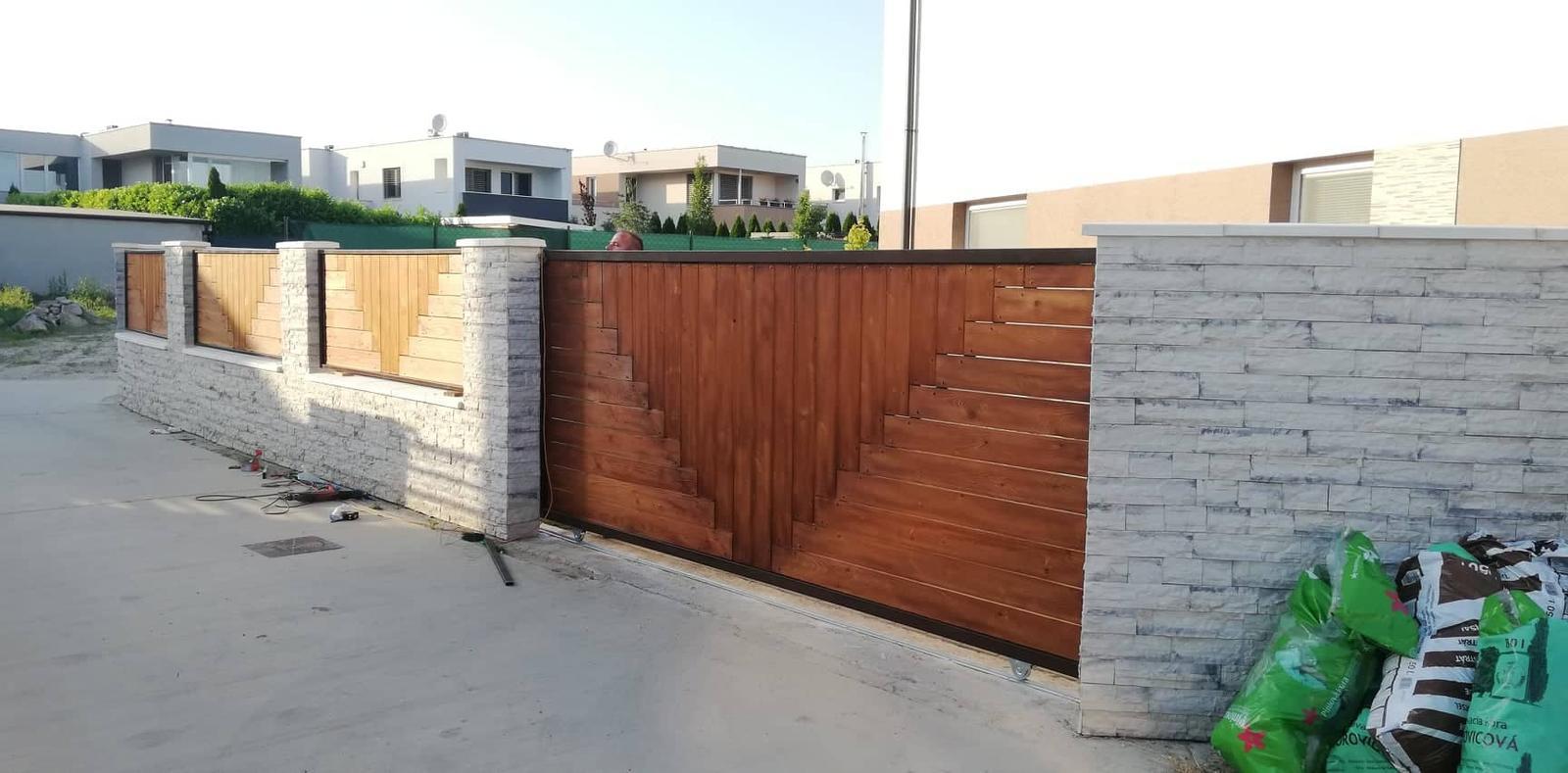 Posuvná brána + plotové výplne. Materiál smrek tzv parketový vzor - Obrázok č. 4