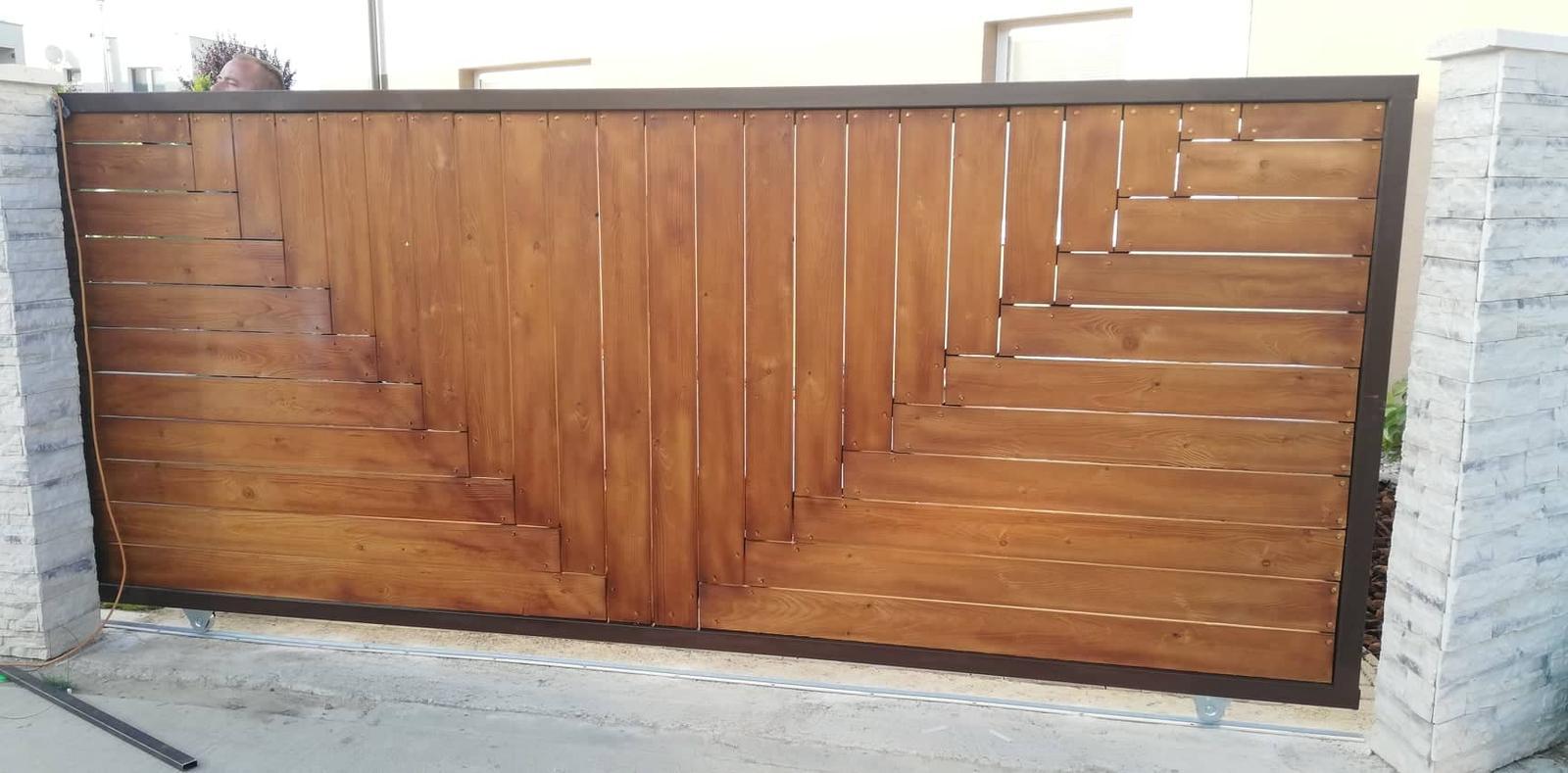 Posuvná brána + plotové výplne. Materiál smrek tzv parketový vzor - Obrázok č. 5