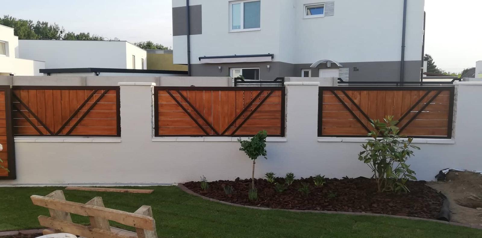 Posuvná brána + plotové výplne. Materiál smrek tzv parketový vzor - Obrázok č. 6