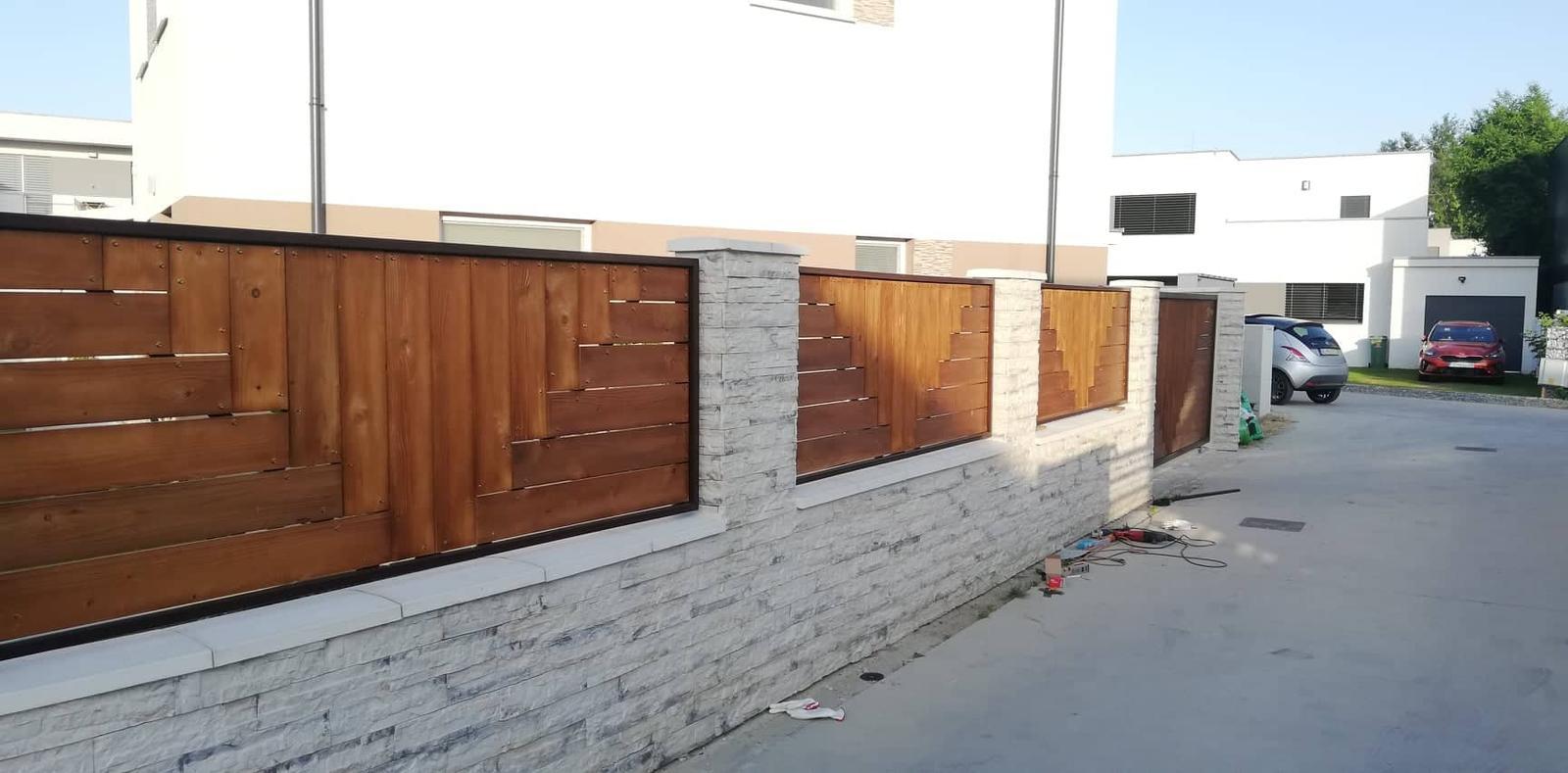 Posuvná brána + plotové výplne. Materiál smrek tzv parketový vzor - Obrázok č. 7