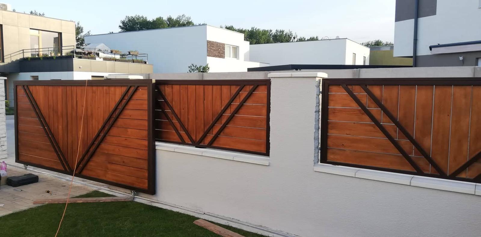 Posuvná brána + plotové výplne. Materiál smrek tzv parketový vzor - Obrázok č. 8