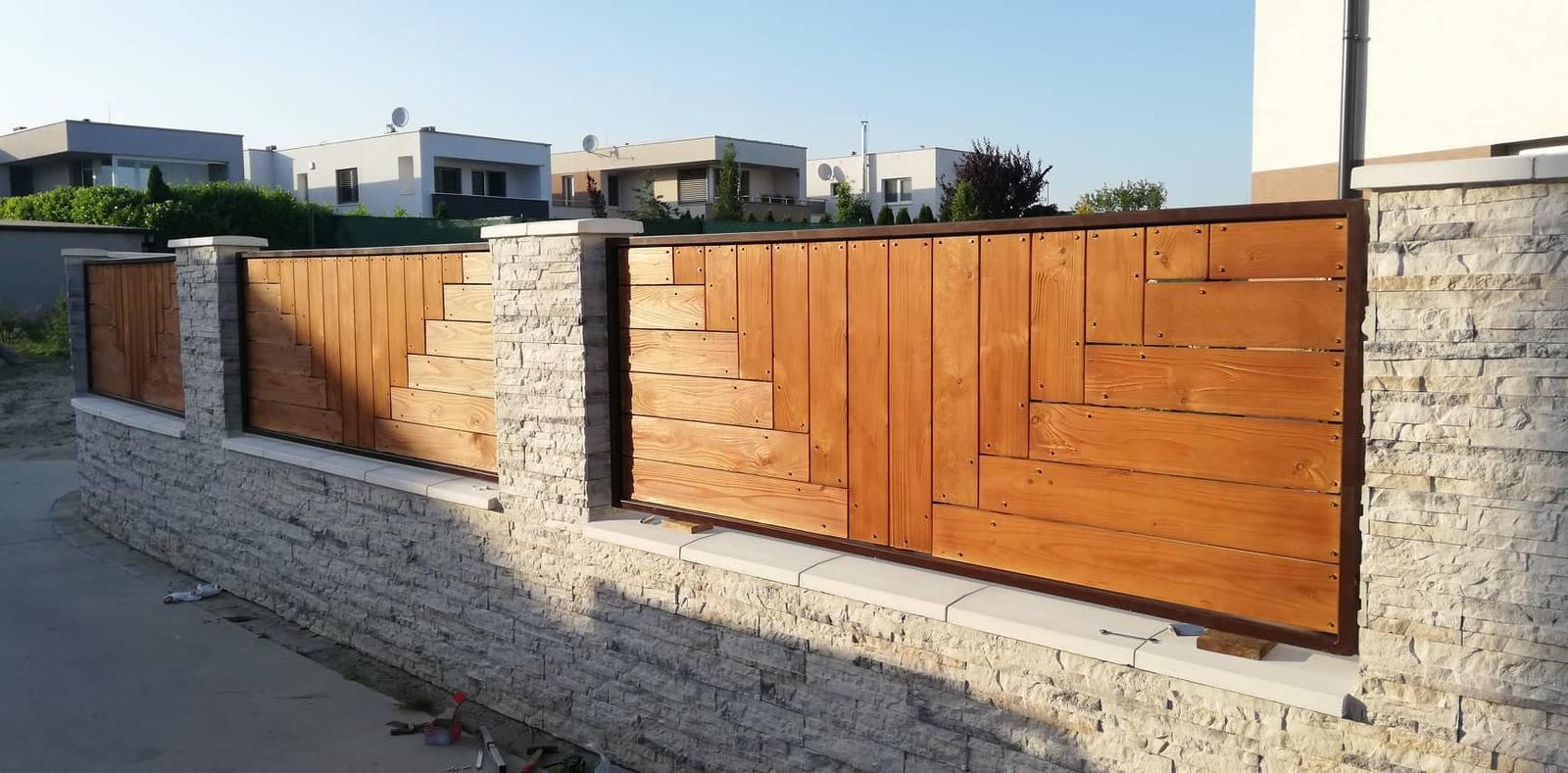 Posuvná brána + plotové výplne. Materiál smrek tzv parketový vzor - Obrázok č. 9