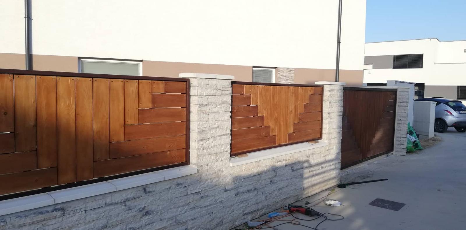 Posuvná brána + plotové výplne. Materiál smrek tzv parketový vzor - Obrázok č. 10