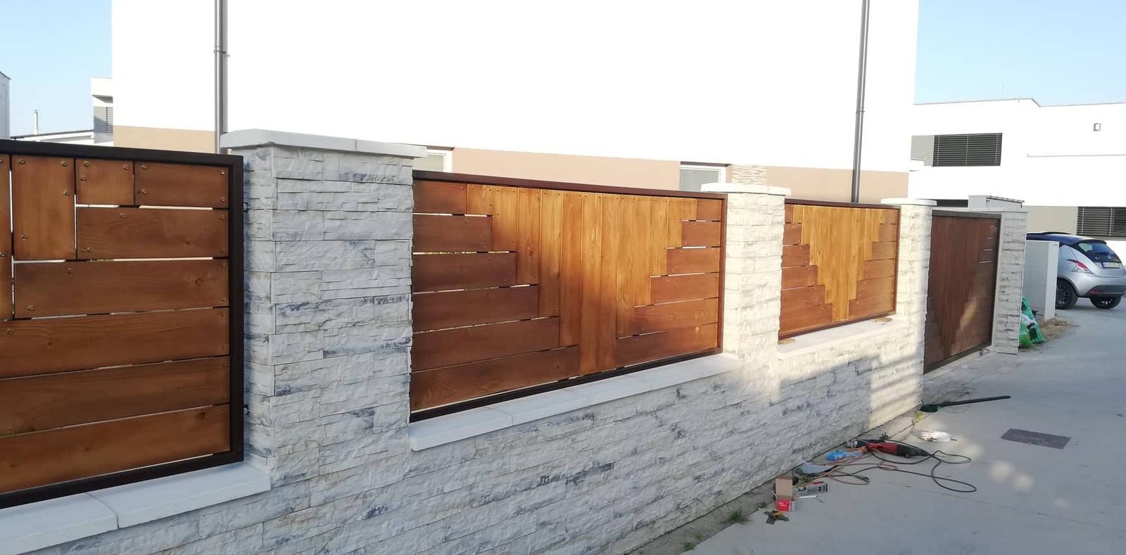 Posuvná brána + plotové výplne. Materiál smrek tzv parketový vzor - Obrázok č. 11