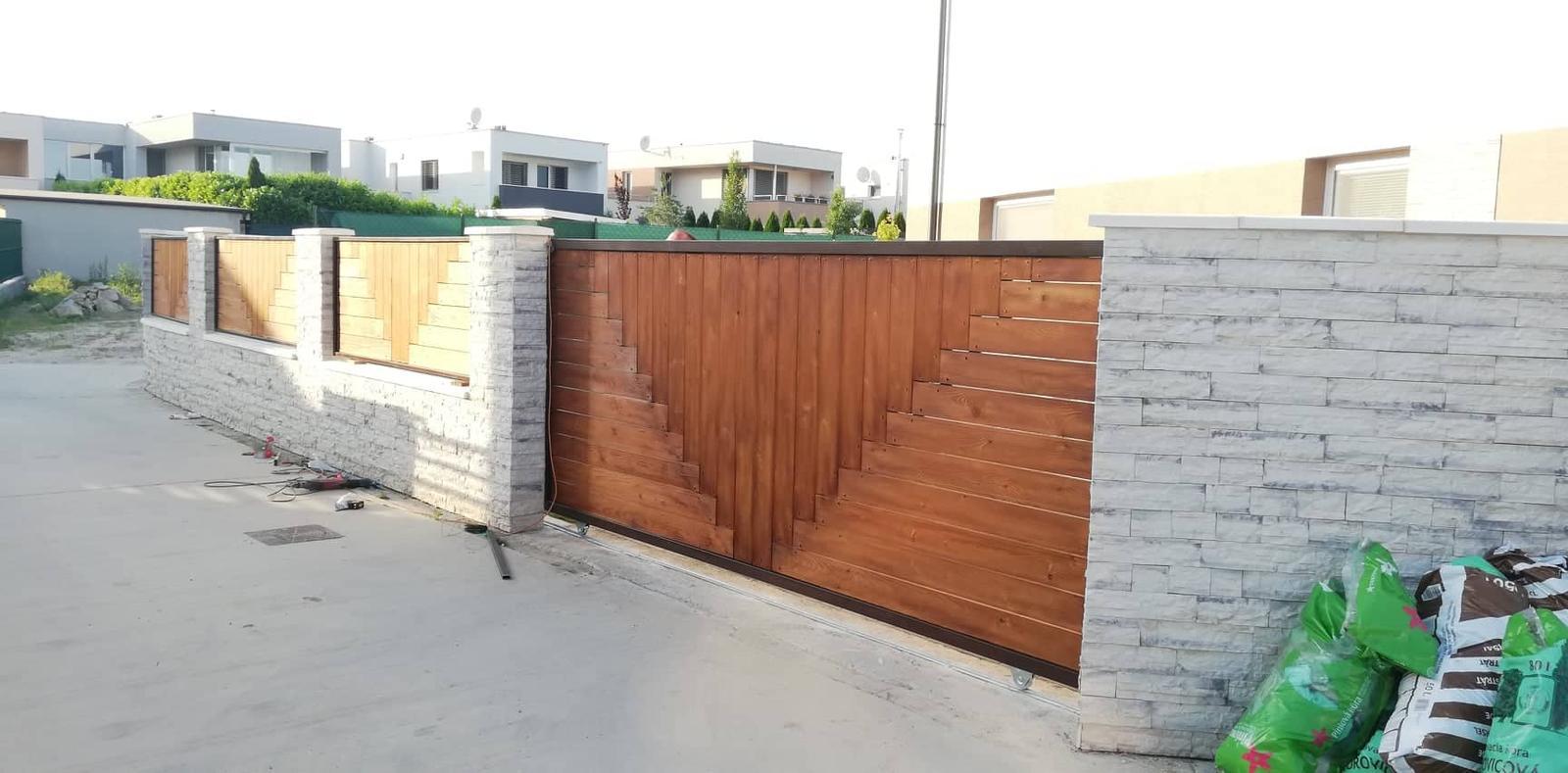 Posuvná brána + plotové výplne. Materiál smrek tzv parketový vzor - Obrázok č. 12