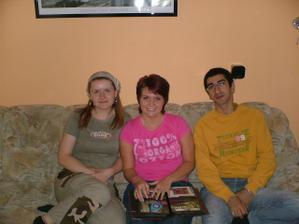 Uprostřed sedím já - budoucí nevěsta a po stranách můj budoucí manžel a kamarádka