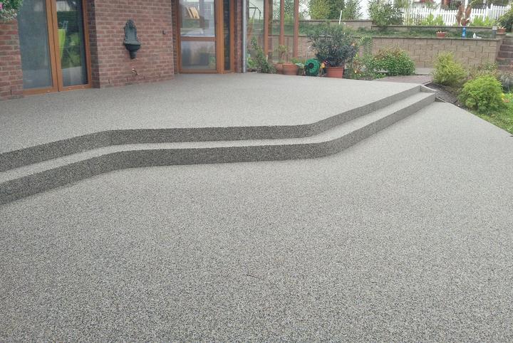 Kamienkový chodníček - CHS EPODUR STONE - široké možnosti designov a tvarov - Vždy ste snívali o oblých tvaroch vo vašej záhradě? CHS-EPODUR STONE vie aj toto...