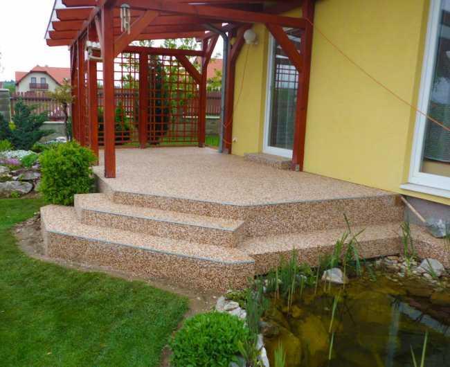 Kamienkový chodníček - CHS EPODUR STONE - široké možnosti designov a tvarov - Systém kamenného koberca (kamienkového chodníčka) využitý pre renováciu schodov v kombinácii s hranovou lištou.