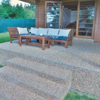 Kamienkový chodníček - CHS EPODUR STONE - široké možnosti designov a tvarov - Správny výber farby, velkosti a štruktúry kamienkov dá vyniknúť kráse prírodného dreva.