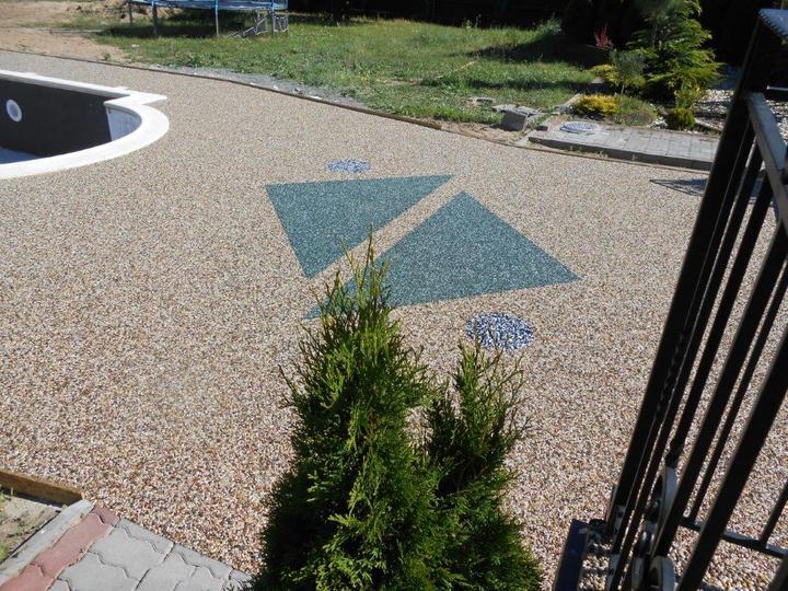 Kamienkový chodníček - CHS EPODUR STONE - široké možnosti designov a tvarov - OKOLIE BAZÉNA nemusí byť nudne monotónne! Využite možnosti farieb, tvarov, kombinácie povrchov ....
