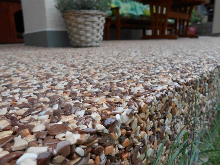 Kamienkový chodníček - CHS EPODUR STONE - široké možnosti designov a tvarov - Nepochôdzna hrana disponuje dostatočnou pevnosťou.