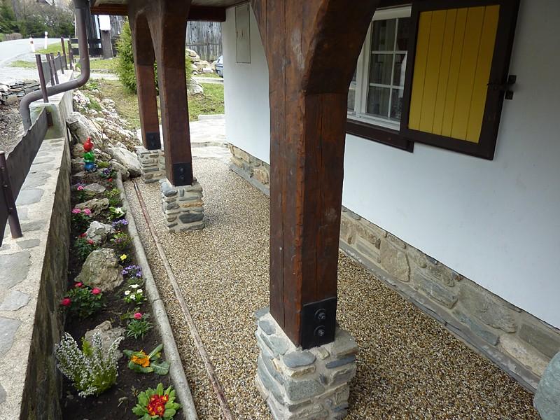 Kamienkový chodníček - CHS EPODUR STONE - široké možnosti designov a tvarov - Ideálne prepojenie starého a nového. Materiály rady CHS-EPODUR zo SPOLCHEMIE využijete nielen na kamienkový koberec, ale vieme vam ponúknuť aj nátery s vysokou odolnosťou.