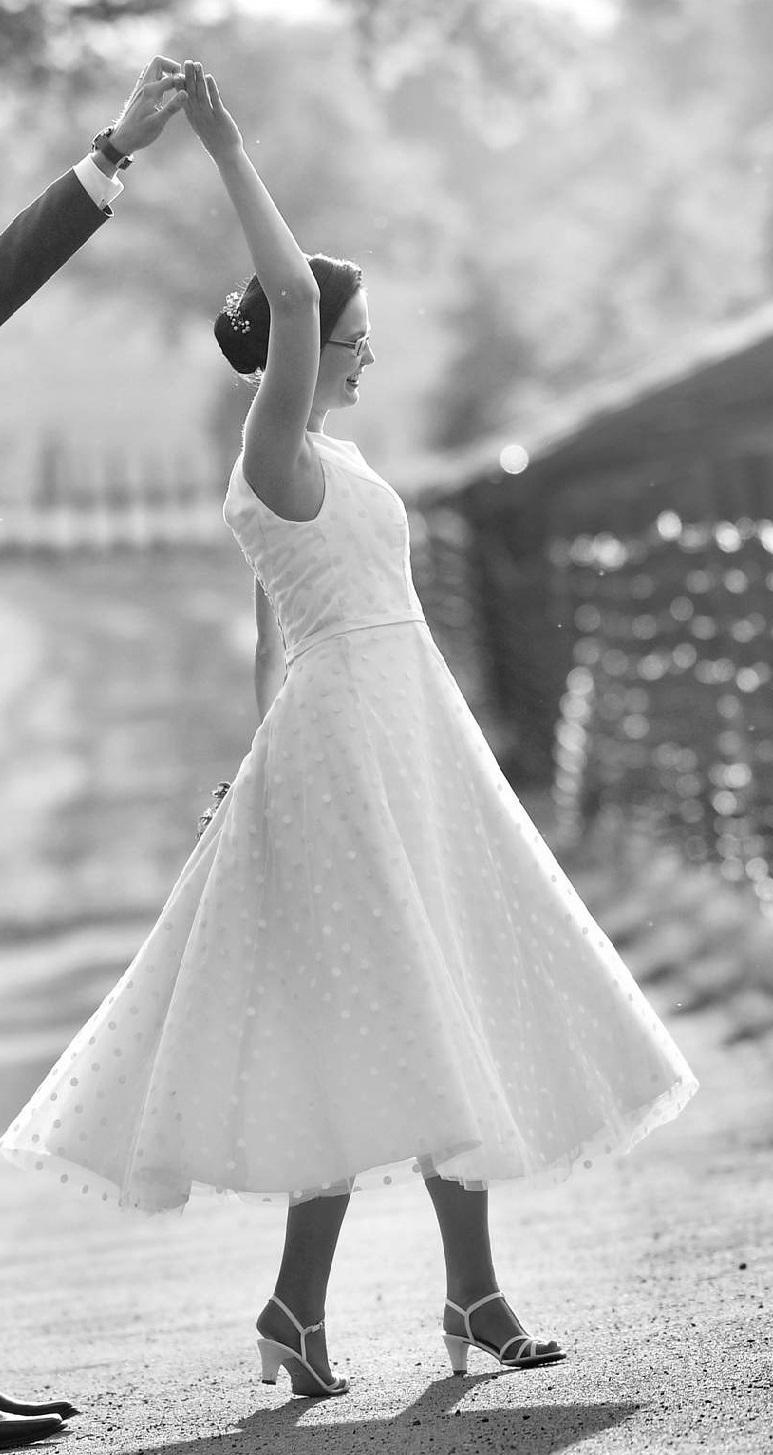 Svatební šaty s puntíky - Obrázek č. 1