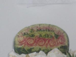 V melóne vyrezané naše mena zo srnkami