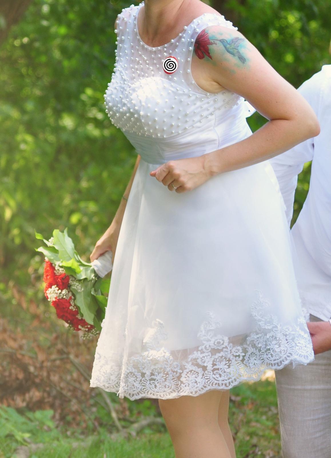 Krátké bílé svatební šaty s perličkami - Obrázek č. 2