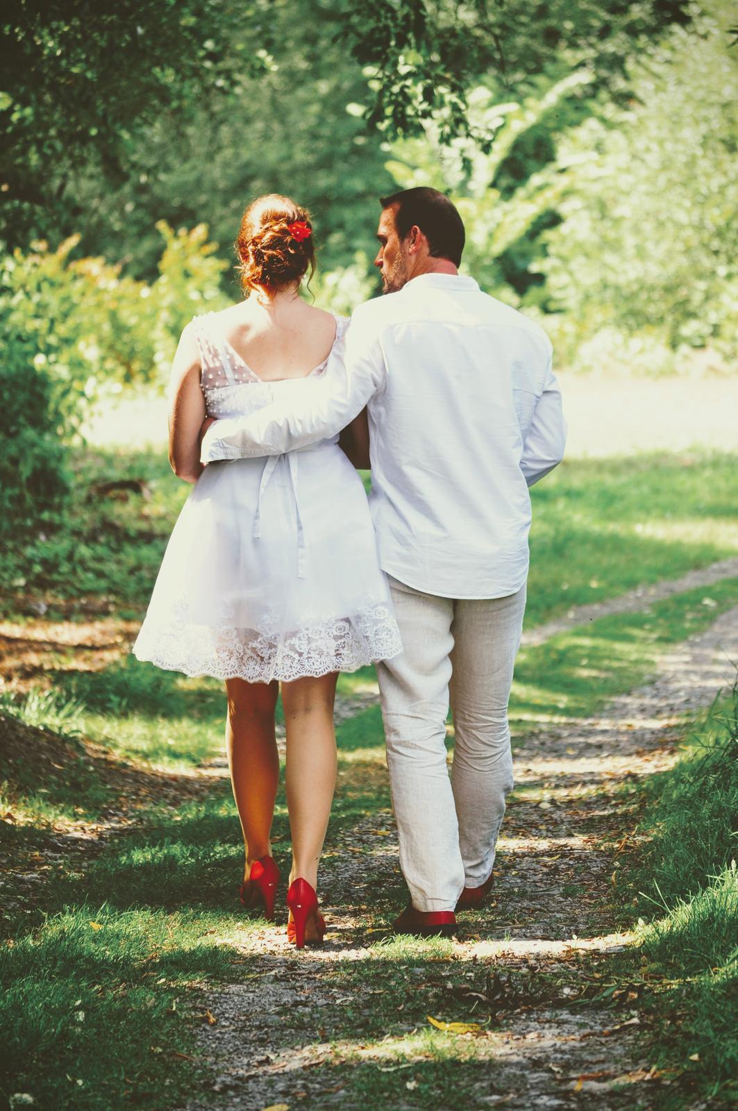 Krátké bílé svatební šaty s perličkami - Obrázek č. 1