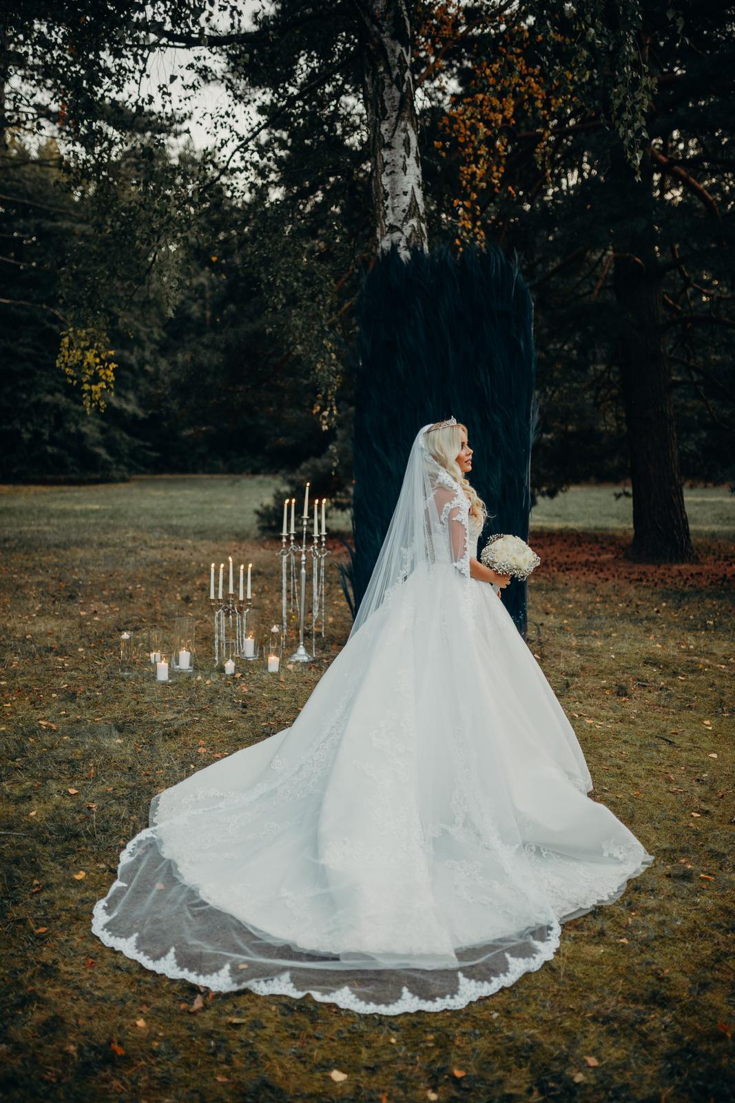 Svadobné šaty s vlečkou a dlhým závojom - Obrázok č. 1