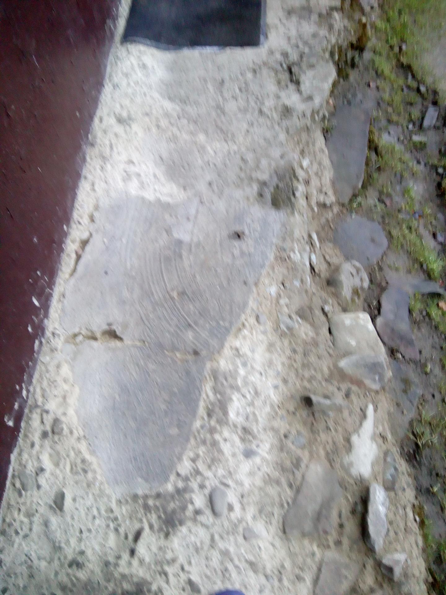Kto mi vie poradiť ako opraviť starý chodník čo naňho treba alebo ho treba radšej rozbiť a urobiť nový chceli by sme naňho dat take daco ako kameny koberec ale je to v kockách ale ako stym starým chodníkom poraďte kto vie ďakujem - Obrázok č. 1