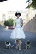 Perfektní šaty. Akorát bez těch psů. A mašle by mohla být růžová.