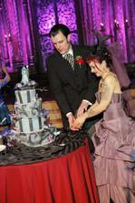 Zaujimava torta, ale nevesta je potetovaná jak basista :D