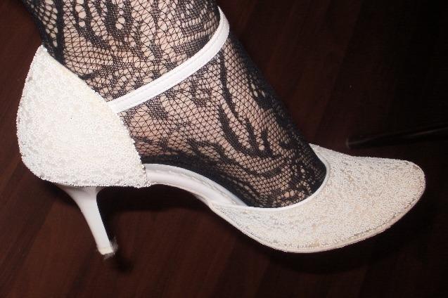 Same krasne veci :) - moje dokonale a pohodlne topanky...vydrzala som v nich tancovat celu noc a hoci sa na opatkoch pohybujem horsie ako tranzvestit v tychto bola moja chodza ladna a nevestovska...plne odporucam...:)