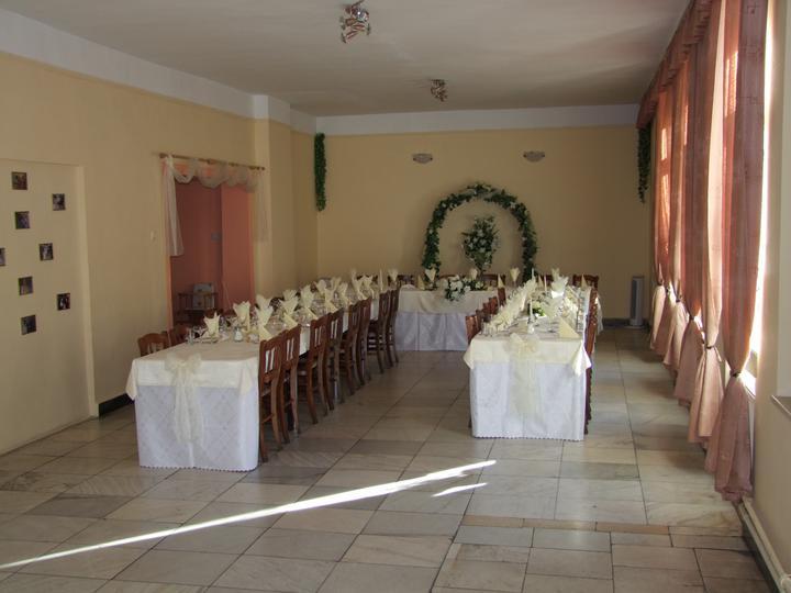 Mishiko{{_AND_}}Grishiko - Nas svadobny stol aj s vyzdobou... :) bol v hoteli Lipa (Bojnice)