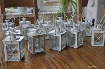 18 lucernicek na stoly.