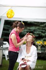 Liceni probihalo u nas na zahrade (napad Leose :)/ My make-up was done in our garden