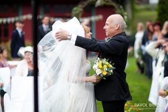 Tatinek mi odhrnuje zavoj.../ Dad is removing my veil...