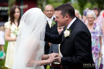 ...ja jeste nasazovala, ale zenich uz se chtel libat :)/ ...I was still putting his ring on but he wanted a kiss already :)