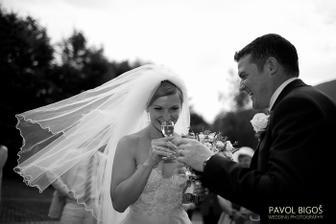 ...a poznal, takze jsem hostinu stravila v alkoholovem opojeni :)/...and he did therefore I was a bit tipsy during the wedding breakfast :)