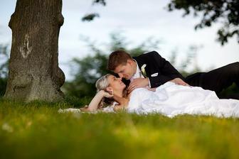naše oblíbená fota v trávě, pod stromem
