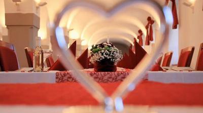pohled na tabuli přes naše svatební skleničky