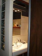pohľad z chodby do kúpeľne