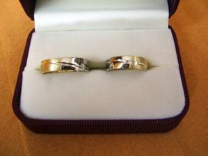 tak to jsou námi navržené prstýnky z dílny p. Mádra, jsme móóc spokojení :))pro nás ty nejkrásnější!!