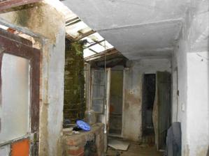 """Vlevo se zbourá suchý záchod, rovně bude """"sklípek"""" a vpravo bude dílna a technická místnost."""